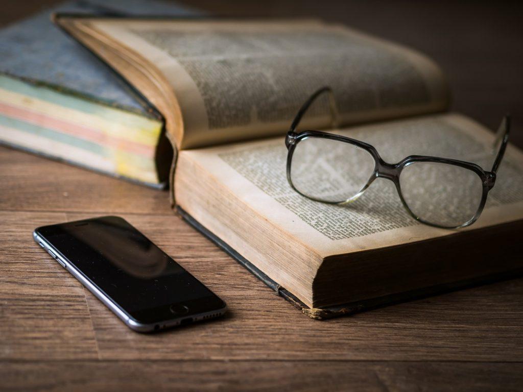 Bøger er sammen med mobiltelefon manges kilde til information om aktier