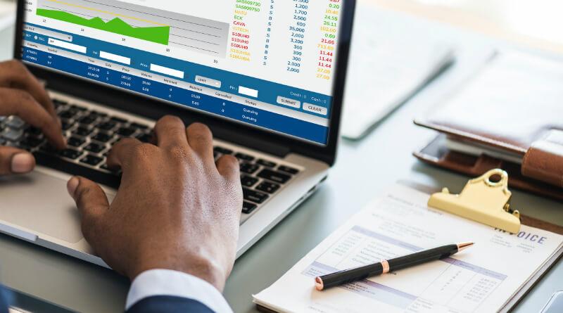 analytiker arbejder med investering i aktier